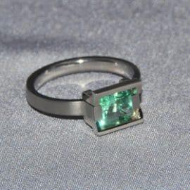 titán jegygyűrű, smaragd jegygyűrű,karikagyűrű, titán karikagyűrű, egyedi karikagyűrű, design karikagyűrű, különleges karikagyűrű, design jegygyűrű, különleges jegygyűrű