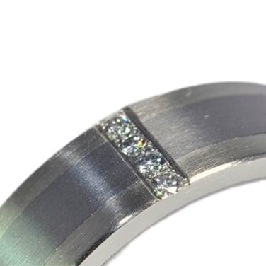 gyémánt, fehérarany, karikagyűrű, titán karikagyűrű, egyedi karikagyűrű, design karikagyűrű, különleges karikagyűrű, design jegygyűrű, különleges jegygyűrű